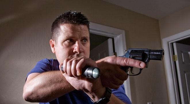 Fegyveres lakásvédelem - Egy lámpa éjszaka jól jöhet!